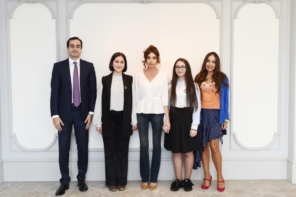 Birinci vitse-prezident Mehriban Əliyeva gənc ixtiraçılarla görüşüb