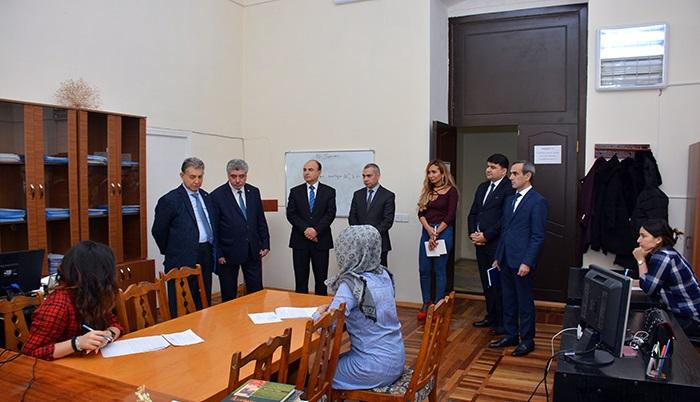 AMEA prezidenti magistrantların imtahan prosesini müşahidə edib