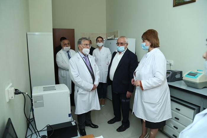 AMEA-nın prezidenti Molekulyar Biologiya və Biotexnologiyalar İnstitutunun maddi-texniki bazası və burada yaradılan şəraitlə tanış olub